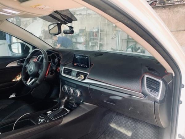 Thảm taplo da vân cacbon giảm chói hấp thu nhiệt xe Mazda 3 đời 2015-2019 cao cấp