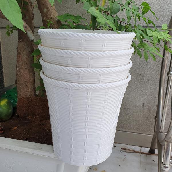 Bộ 4 chậu mây đan hai lớp trồng hoa màu trắng 26x26cm Chất liệu nhựa bền đẹp, cứng chắc Dễ dàng vận chuyển Chậu tròn thiết kế kiểu mây đan tinh tế, trang nhã và đáng yêu