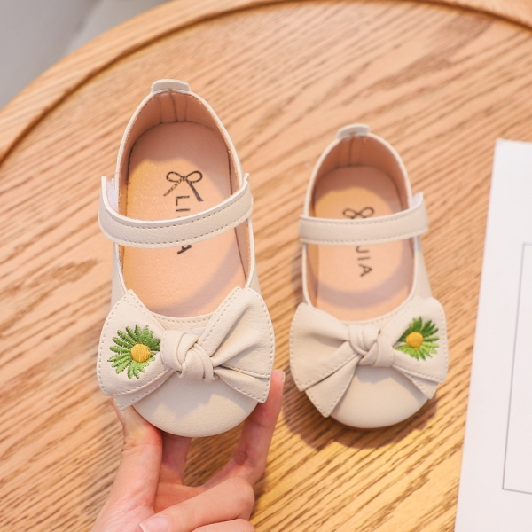Giá bán Giày da đế bệt quai dán mềm mại thêu hình hoa cúc đính nơ cho bé gái 2-6 tuổi