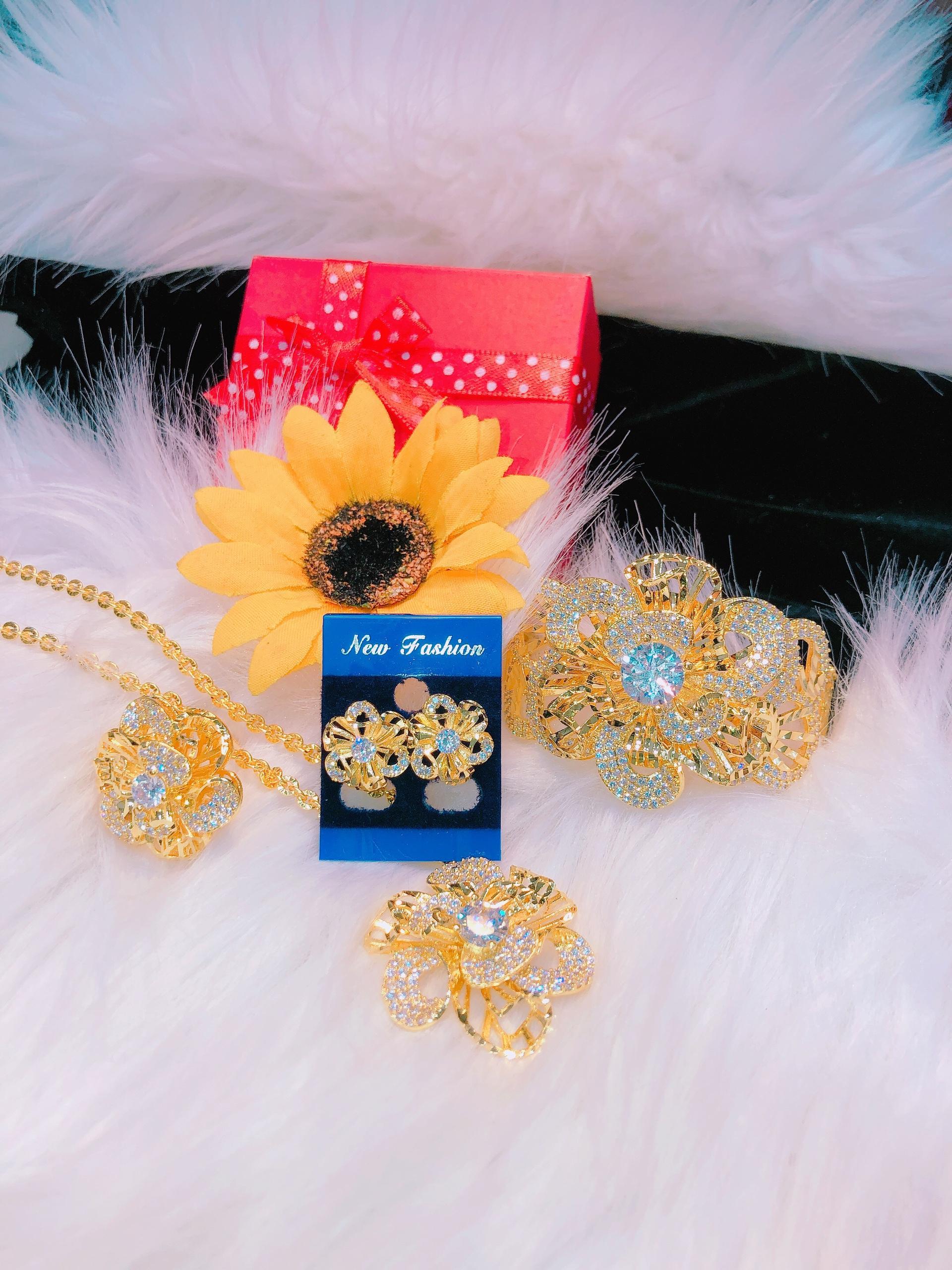 [GIÁ CỰC SỐC] Bộ trang sức vàng nữ, bộ trang sức hoa xoáy cao cấp dát đá pha lê phản chiếu ánh sáng lấp lánh gắn nhụy đá trắng thiết kế xinh đẹp Trang sức Gadoshop VB421091918 - đeo làm công sở cực sang chảnh và quý phái