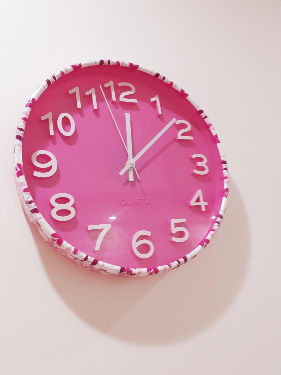Nơi bán Đồng hồ treo tường màu hồng - kim trôi - loại tốt
