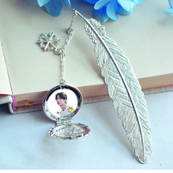 ( không kèm hộp ) Bookmark lông vũ gắn điệp in hình Vương Bác kim loại mỏng