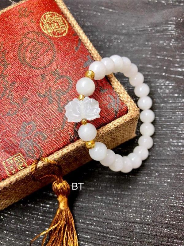 Vòng tay đá tự nhiên Bạch Ngọc kết hợp charm hoa sen và bi vàng LTBBA02