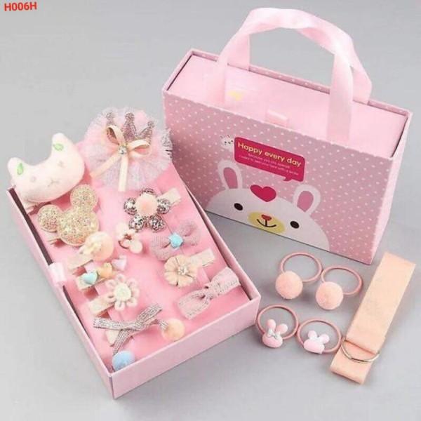 Hộp kẹp tóc cho bé gái 18 chi tiết, 7 màu với 7 loại hộp 18 chi tiết khác nhau. Kèm hộp có quai sách, quà tặng đáng yêu cho bé gái.