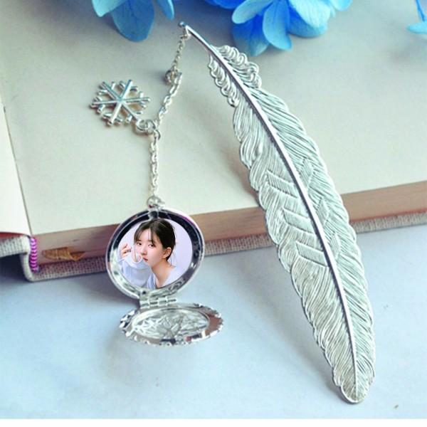 ( không kèm hộp ) Bookmark lông vũ gắn điệp IN HÌNH Triệu Lộ Tư kim loại mỏng idol thần tượng cpop kpop