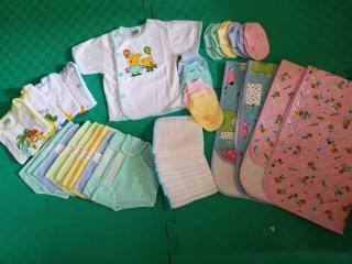 Combo sơ sinh giá rẻ cho bé trai, bé gái 1 tấm lót+5 áo + 10 quần đóng bỉm + 10 khăn sữa + 3 bộ bao tay + 3 bộ bao chân (không có nón)