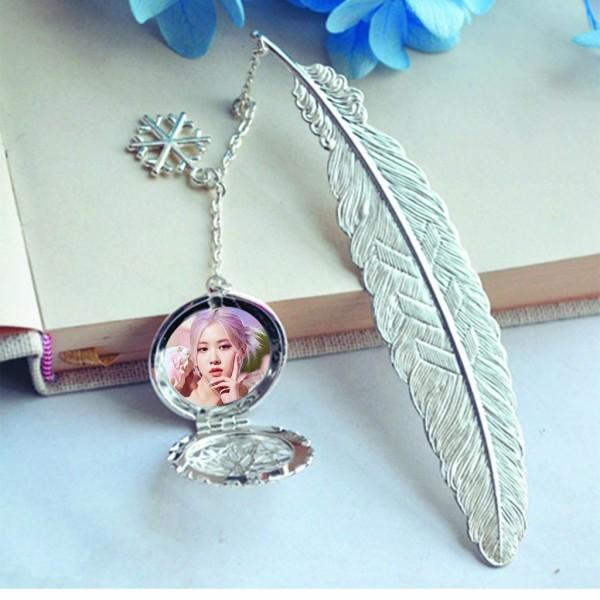( không kèm hộp ) Bookmark lông vũ IN HÌNH Rose Blackpink gắn điệp lá kim loại mỏng