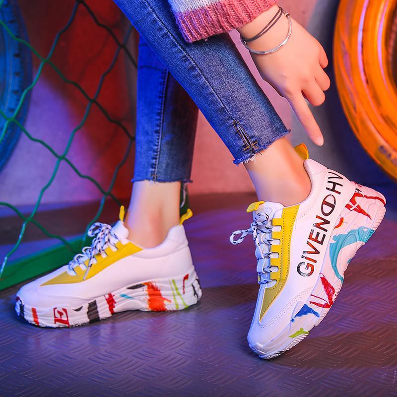 หลากสีพื้นรองเท้ารองเท้าผ้าใบทรงสูงนักเรียนหญิง 2019 ฤดูใบไม้ผลิและฤดูร้อนใหม่รองเท้าส้นเตี้ยรองเท้าสีขาวเพิ่มความสูงส้นสูงปานกลางรองเท้าออกกำลังกาย By Taobao Collection.