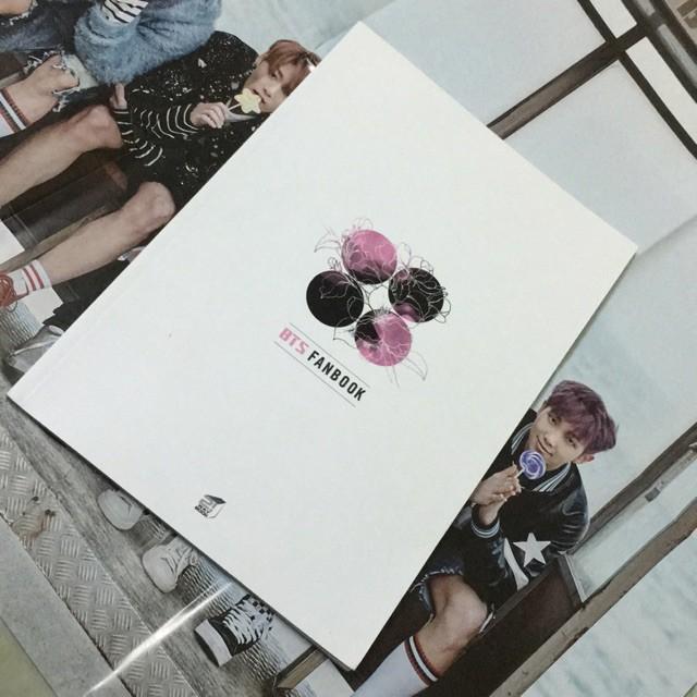 Mua BTS Fanbook kèm poster