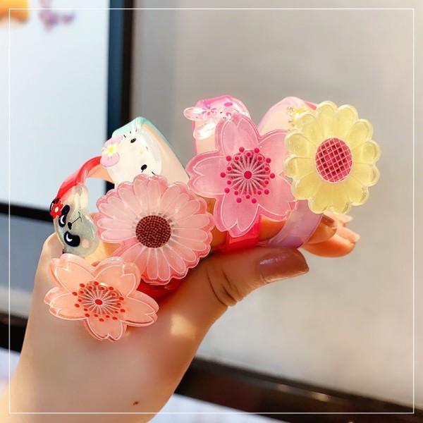 Giá bán Vòng tay xinh xắn ngộ nghĩnh cho bé gái, hoa có thể xoay tròn rất xinh và đáng yêu. Màu ngẫu nhiên