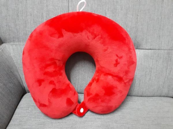 [HCM]Gối cổ chữ u có dây treo và nút cài - Đỏ