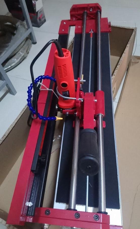 máy cắt gạch 3 trong 1 cắt thẳng , chéo , góc cắt vất 45 đọ , dùng điên 220V và dùng tay đẩy .