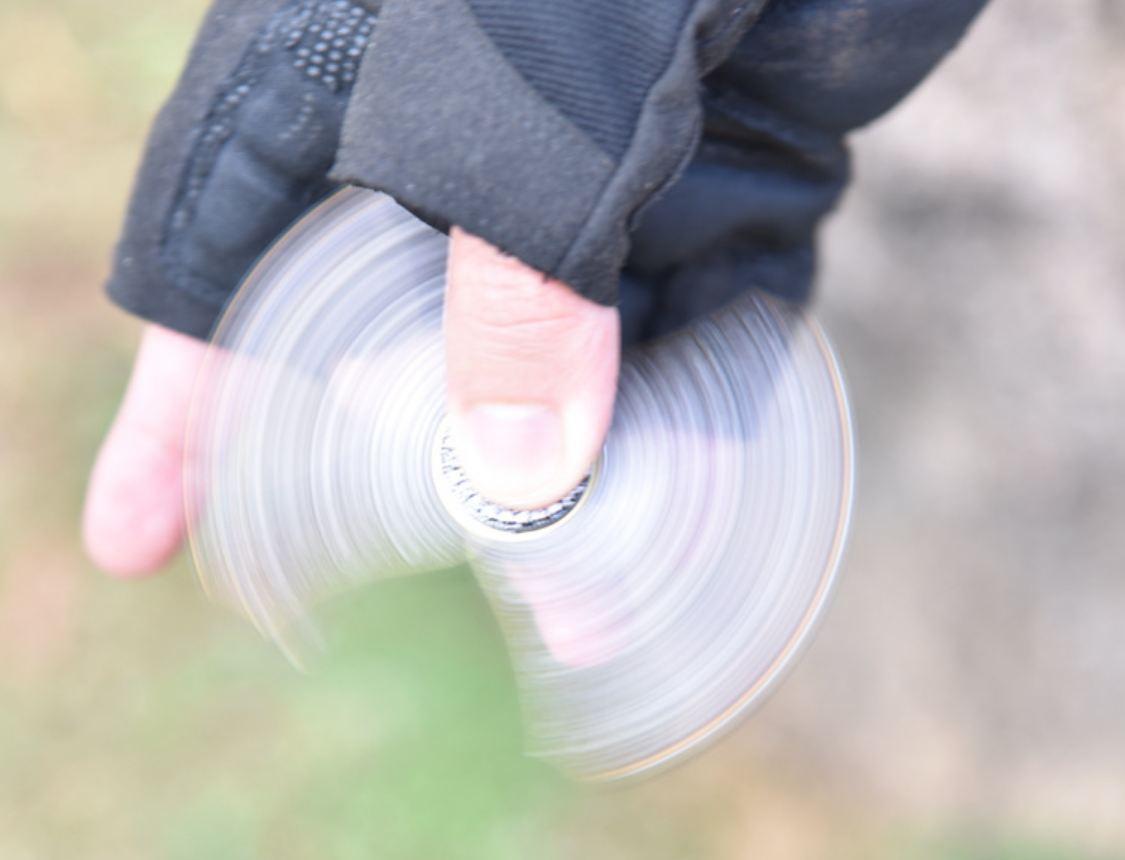 Đồ chơi con quay Spinner kiêm dụng cụ sinh tồn đa năng