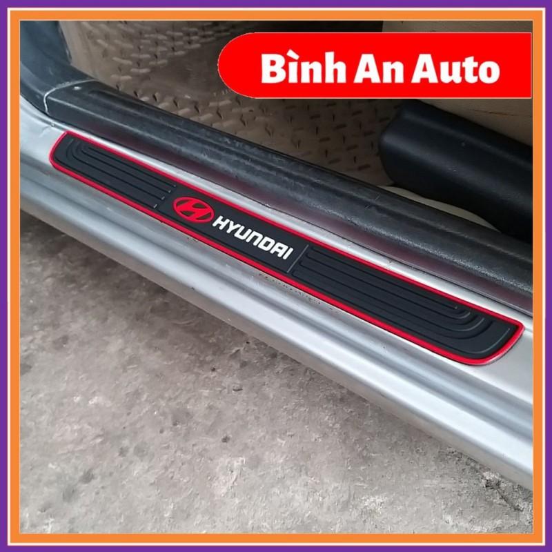 Bộ 4 Miếng Nẹp Bước Chân Bằng Cao Su Chống Trơn Trượt - Miếng Dán Chống Trầy Xước Bậc Cửa Lên Xuống Ô Tô Logo Hyundai