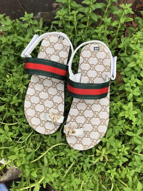 Dép sandal thời trang nữ có quai gài GG kem giá rẻ