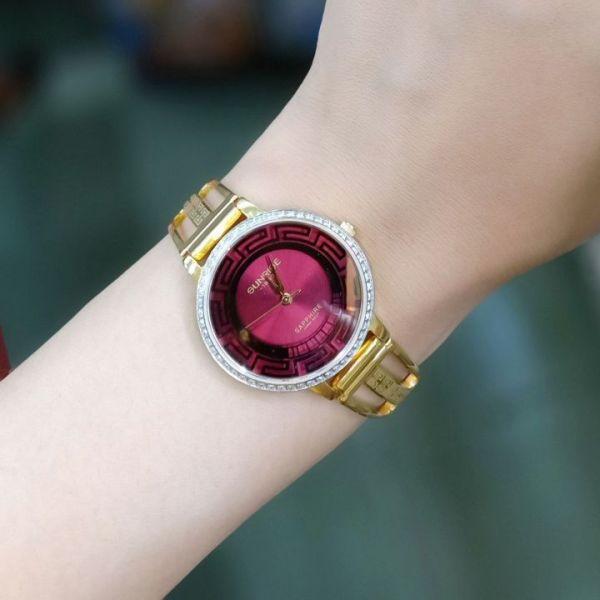 Đồng hồ nữ SUNRISE 9948AA dây vàng mặt đỏ viền đính đá, kính sapphire chống xước, chống nước cực tốt.