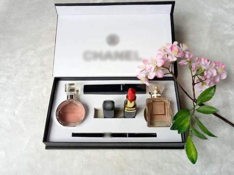 Bộ trang điểm 5 món: 2 nước hoa, 1 son lì đỏ, 1 mascara, 1 chì kẻ mắt. Đựng trong hộp quà đẹp + Tặng khung kẻ chân mày giá 35k