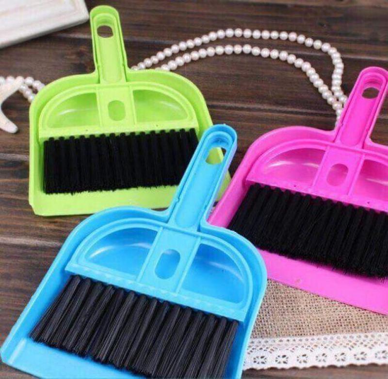 Bộ chổi quét bụi và xẻng hót mini tiện dùng vệ sinh bàn làm việc, bàn học, bàn thờ... Kích thước nhỏ gọn, có lỗ treo móc