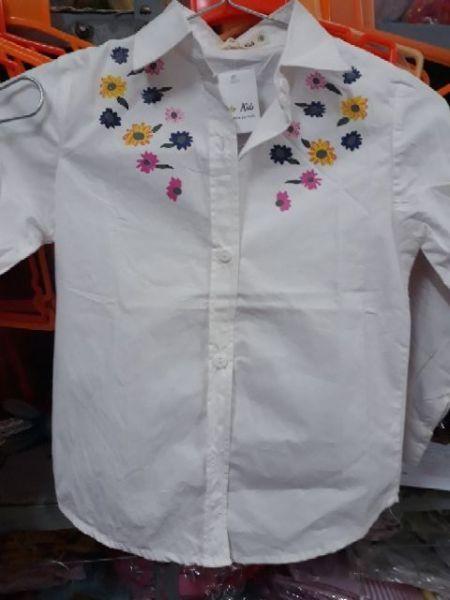Áo sơ mi trắng hàng thiết kế cho bé gái size đại 16-33kg, vải thô mềm, kiểu dáng đơn giản kèm điểm n