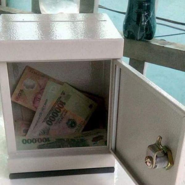 két sắt khóa chìa tiết kiệm tiền (có khe săn tiền)