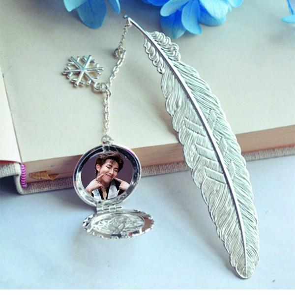 ( không kèm hộp ) Bookmark lông vũ IN HÌNH RM BTS gắn điệp lá kim loại mỏng