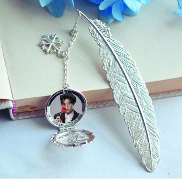 ( không kèm hộp ) Bookmark lông vũ IN HÌNH Đặng Hiếu Từ IXFORM idol cpop gắn điệp lá kim loại mỏng