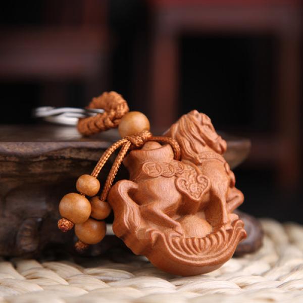 Móc khoá gỗ phong thuỷ khắc thủ công hình Ngựa cõng thỏi vàng tài lộc
