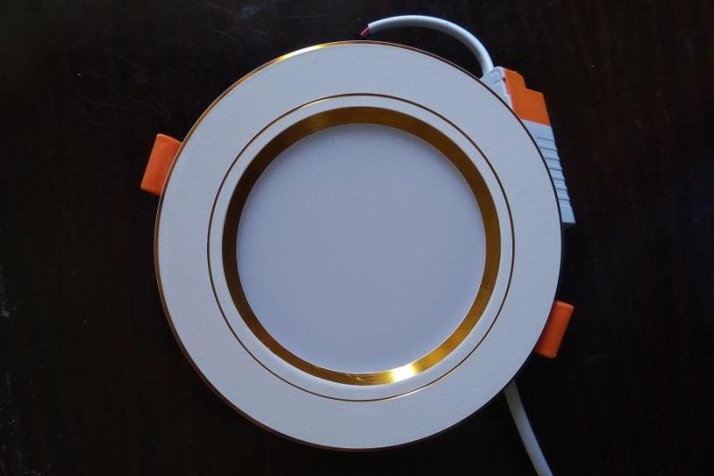 Đèn âm trần 7W viền vàng 3 chế độ màu