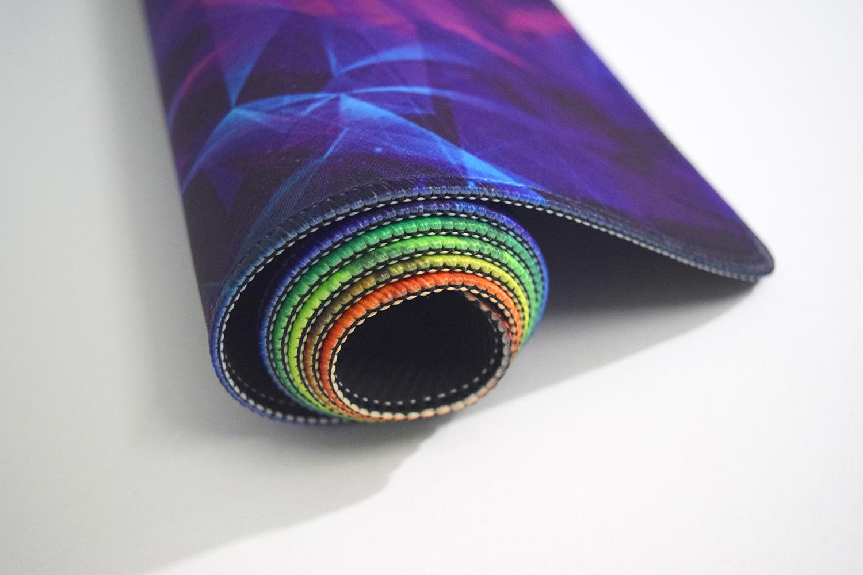 Sợi vải cấu trúc chống bám đặc biệt tối ưu hóa khả năng điều khiển chuột.,Miếng lót chuột được bo viền chống rách tăng độ bền cho bàn di., Đế cao su bám mặt bàn tốt, chống trượt đảm bảo chuột di chuyển mượt mà., Kích cỡ : 90 X 40 cm., Chất liệu: vải, cao su., Kích thước bàn di chuột cỡ lớn 900mm x 400mm x 3mm., Bề mặt in 3D cực đẹp, độc đáo lạ mắt., Bo viền chống quăn mép, bong vải mặt trên., Tương thích tốt với tất cả các loại chuột game, chuột đồ họa và dùng văn phòng.