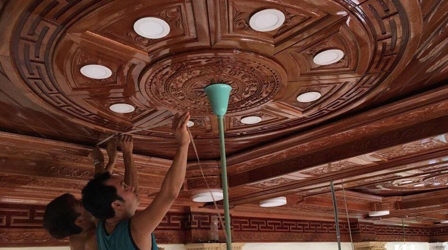 Thi công lắp đặt thực tế đèn led âm trần tròn trên trần gỗ